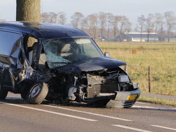 Auto total loss bij ongeluk tussen Goor en Lochem