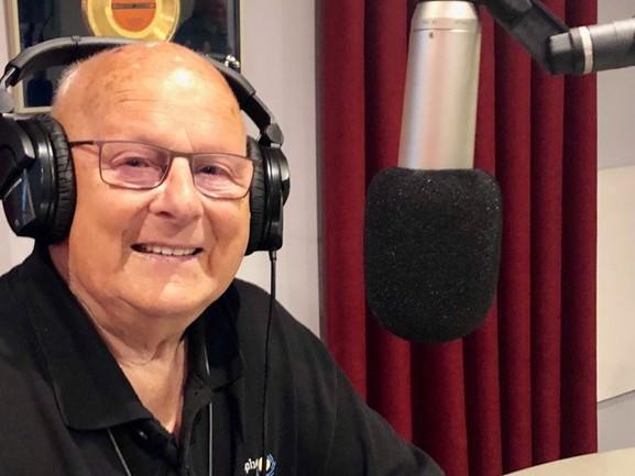 Jan (90) is de oudste radio-dj, maar daar merk je niks van: 'Ik kan er rustig 20 jaar vanaf liegen'