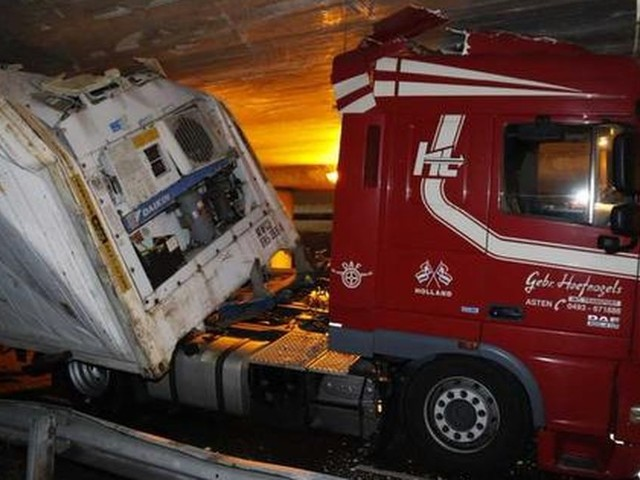 Vrachtwagen rijdt zich klem onder viaduct