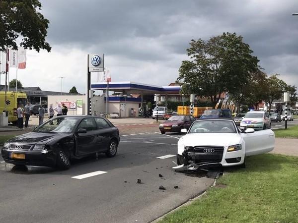 Auto's botsen in Almelo, inzittenden met de schrik vrij