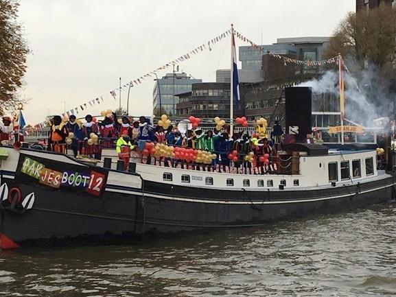 Sinterklaas komt in Zwolle aan met de stoomboot