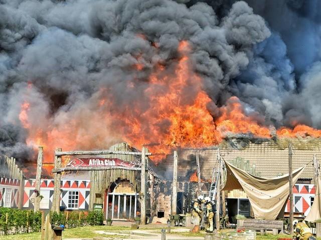 Hoofdgebouw vakantiepark Beekse Bergen niet meer te redden door grote brand