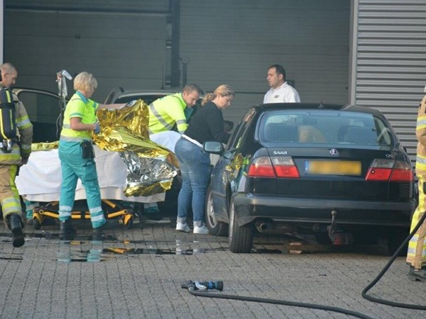 Brand autobedrijf Deventer, gewonde in traumahelikopter naar Groningen