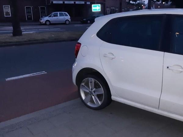 Scooterrijdster raakt gewond bij botsing met auto in Enschede