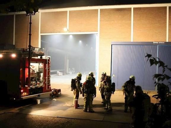 Brandweer blust verfmachine bij staalbedrijf in Raalte