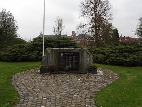 Indiëmonument in Almelo lijdt onder graffiti en hangjongeren