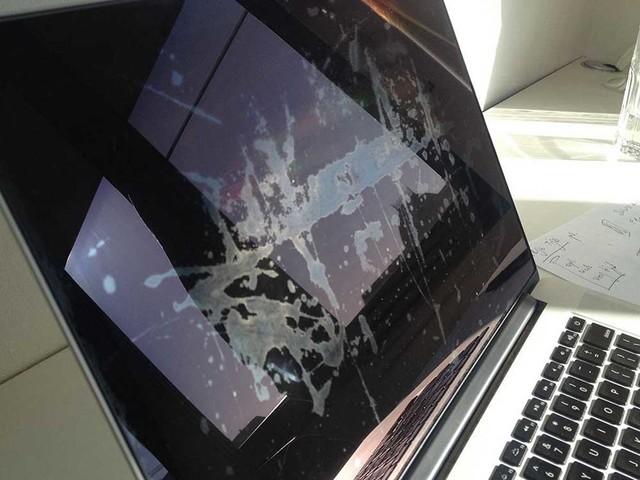 Apple verlengt nogmaals reparatieprogramma voor vlekken op MacBook-scherm
