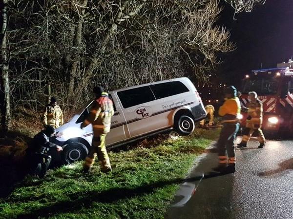 Brandweer rukt uit voor taxi in sloot Zwolle
