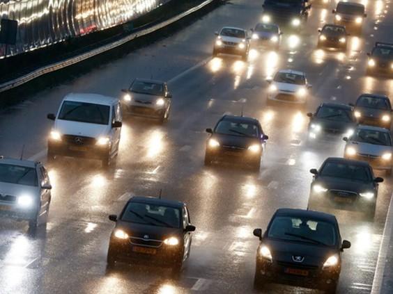 KNMI waarschuwt voor gladde wegen door vriesweer en winterse neerslag