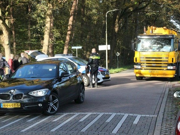 Hardloopster zwaargewond na aanrijding met auto in Hellendoorn