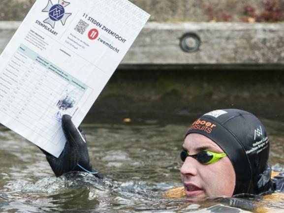 Hij flikt het! Na 195 kilometer volbrengt Maarten van der Weijden Elfstedenzwemtocht met succes
