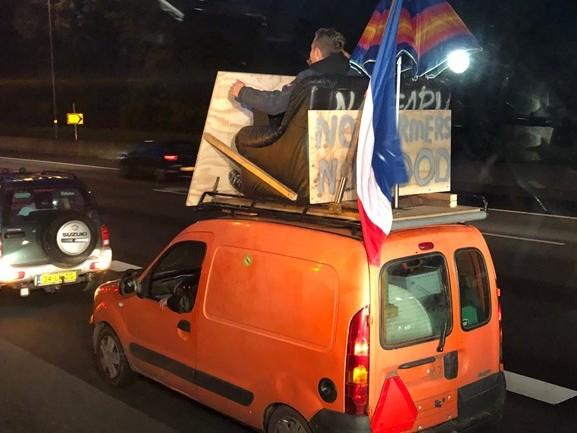 Meeliften op een trekker op weg naar het boerenprotest in Den Haag