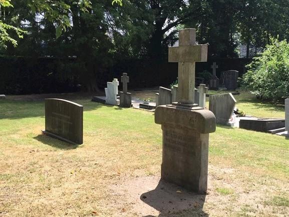 Kruis verhuist van gesloopte huishoudschool in Oldenzaal naar begraafplaats