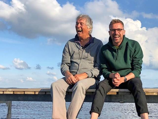 Ron Brandsteder en Patrick Martens grappend als reisleiders door Denemarken