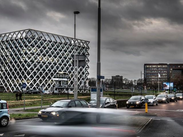 Wat moet de groene Wageningen Universiteit met al dat zwarte asfalt?