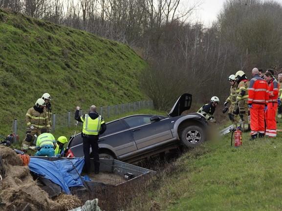 Auto met aanhanger belandt in de sloot langs A77, een rijbaan afgesloten