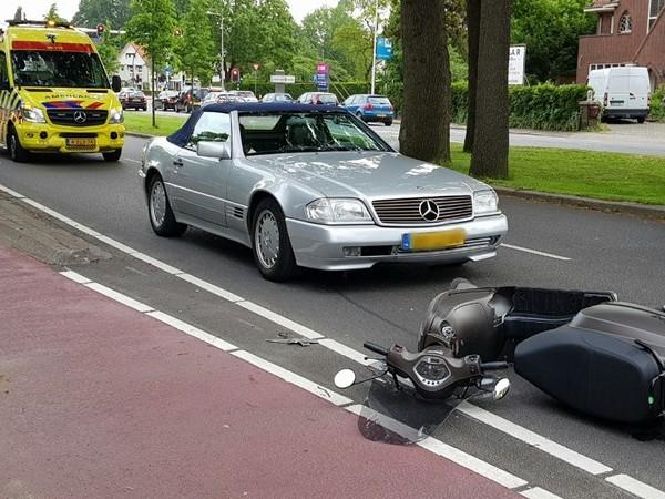 Scooterrijdster gewond na aanrijding in Enschede
