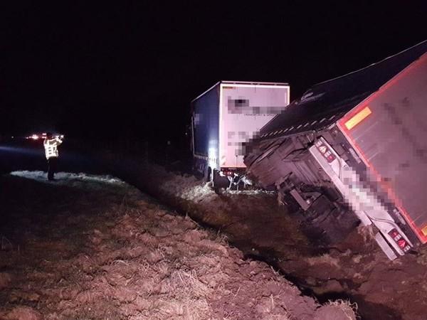 Vrachtwagen in de greppel langs A1 bij Bornerbroek, chauffeur gewond