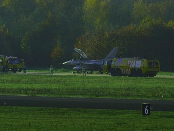 F16 krijgt klapband bij landing op Vliegbasis Eindhoven