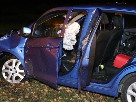 Auto botst op boom in Sprang-Capelle, vrouw met spoed naar ziekenhuis
