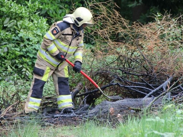 Brandweer rukt uit voor brand bij bosrand achter woning in Luttenberg