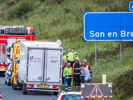 Ongeluk met vrachtwagen zorgt voor flinke file op A50 bij Son