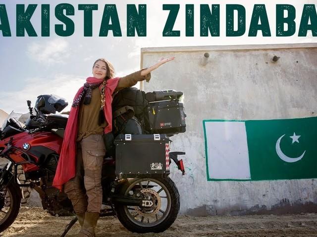 Welke vrouw rijdt alleen op een motor door Pakistan?