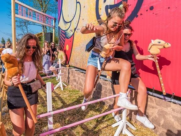 Naar de kapper, in de achtbaan en dansen in een draaiende discotheek: het kan allemaal op Paaspop