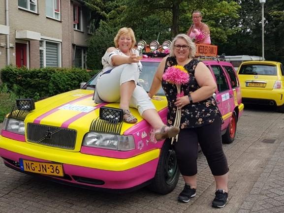 Met deze gepimpte roestbak willen Petra, José en Sharon naar Praag rijden (en hopelijk ook terug)
