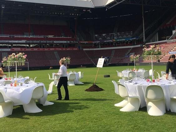 Kampioensgras van PSV kun je ook eten, op de middenstip van het stadion