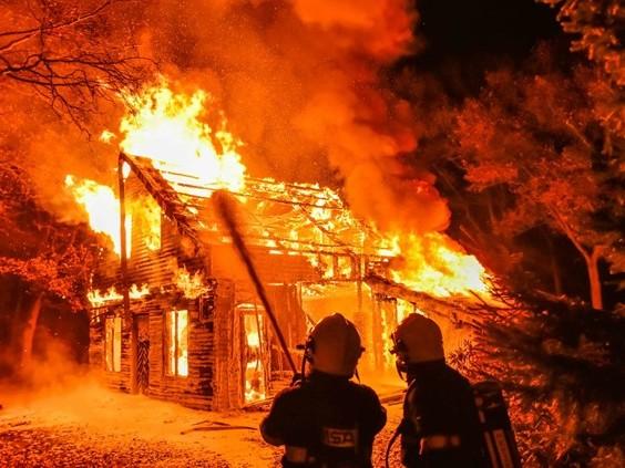 Houten huis in bossen bij Sterksel door brand verwoest, twee jongens gezien