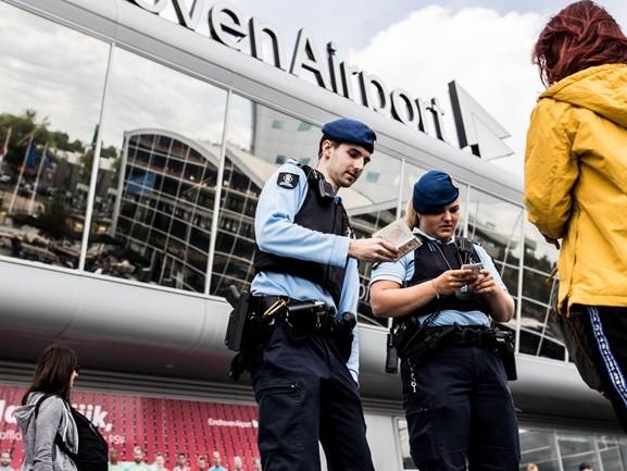 Mannen wilden gestolen auto's verschepen naar het buitenland, vier arrestaties