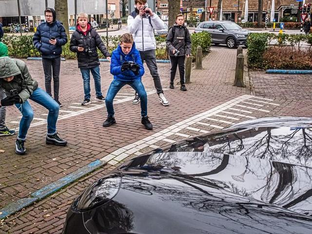 Tieners gaan op fotojacht naar dure auto's in Laren, maar de buurt is er niet blij mee