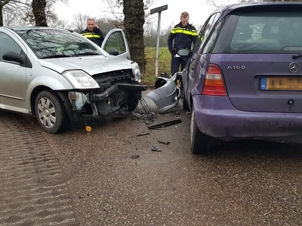 Frontale botsing tussen twee auto's in Glanerbrug