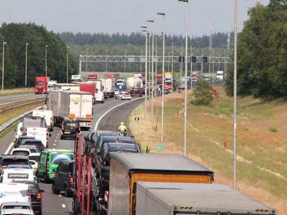 Lange file op A1 bij Rijssen na ongeluk met motorrijder