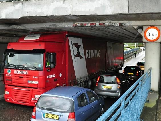 Vrachtwagen rijdt zich 'muur- en muurvast' onder viaduct in Waalwijk