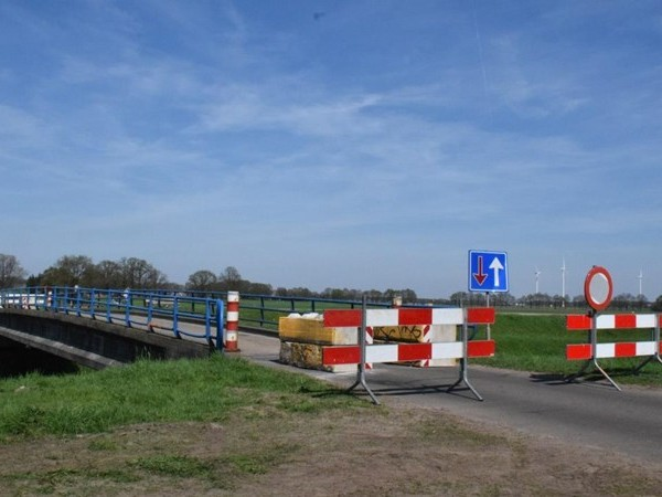 Onveilige bruggen in Gramsbergen voor langere tijd afgesloten, noodbrug in de maak