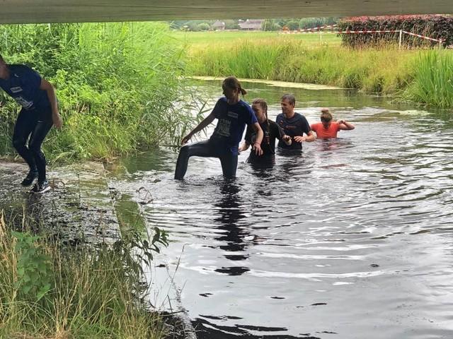 Dagje uit: Mariniers leggen obstacle run aan in de polder