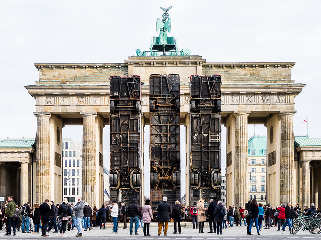 Bussen voor de Brandenburger Tor als monument tegen terreur