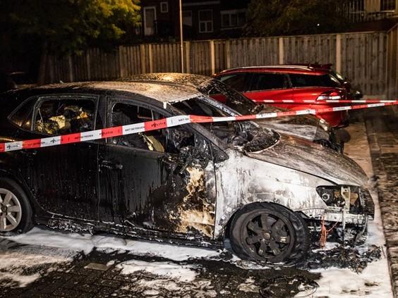 Weer twee auto's in vlammen op in Tilburg, nu aan Geefhuishof