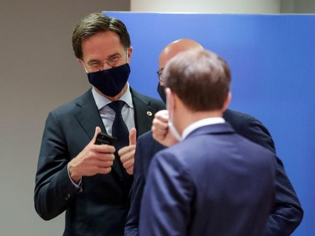 Rutte roept nu tóch op om mondkapjes te dragen. 'We veren mee met de samenleving'