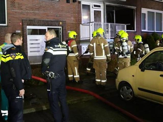 Mensen springen uit brandend huis in Vlaardingen