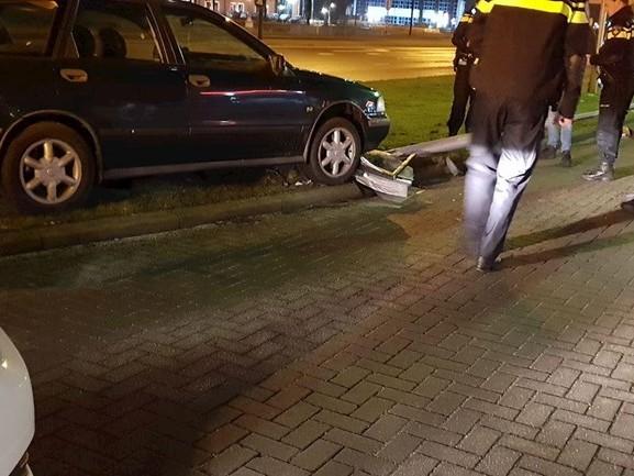 Beschonken bestuurder ramt lantaarnpaal in Hengelo