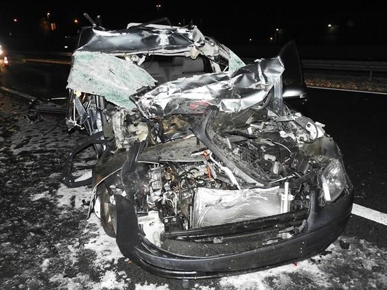 Auto botst tegen vrachtwagen op A50 bij Son, bestuurder zwaargewond naar ziekenhuis