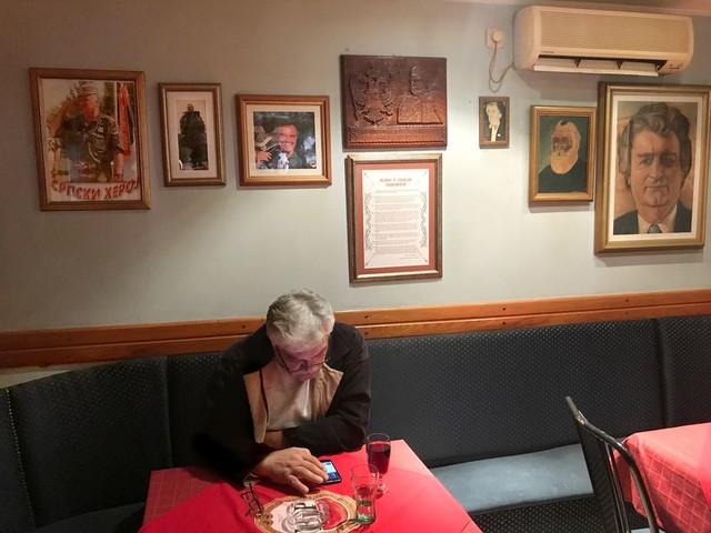 De Servische 'helden' hangen in café Gekkenhuis