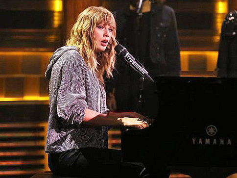 Taylor Swift Makes Unplanned Late Show Performance In Honor Of Jimmy Fallon's Late Mother
