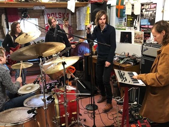 Nog één keer wil rockband The Naked Sweat Drips een album opnemen met ziek bandlid Kristian