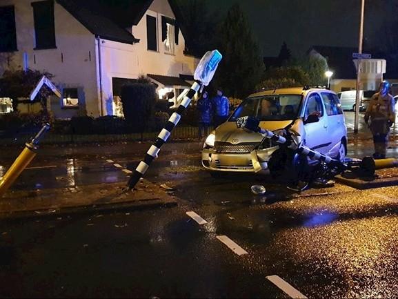 Auto ramt middengeleider en veroorzaakt ravage op Van Heekstraat in Enschede