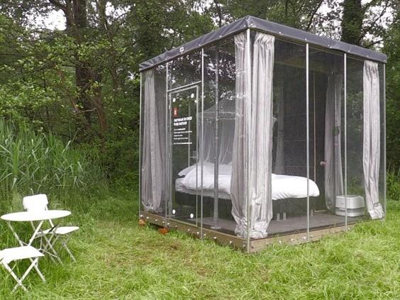 Zin in een avontuurlijke overnachting? In Boxtel staan nu doorzichtige slaapkamers in de natuur