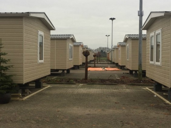 Bewoners Fort Oranje verhuisd naar voormalig azc: 'Niemand hoeft onder een brug te slapen'